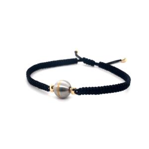 Armband zijde black met sluitingen in 18 karaat geelgoud. Ertussen element in elfstaal met lijn van 18 krt goud.
