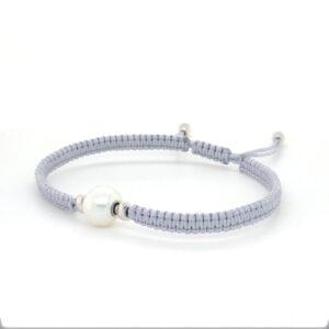 Armband zijde light grey met 18 karaat witgoud sluitingen. Element zoetwaterparel wit uit eigen atelier.