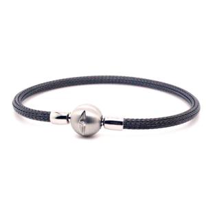 Armband in zwart edelstaal met sluitingen in 18 karaat witgoud. Element in edelstaal met centraal een briljant geslepen diamant.