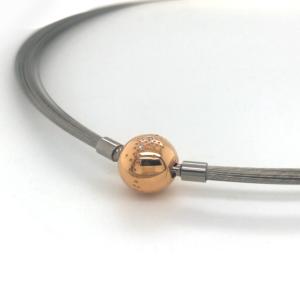 collier in edelstaal met een element in 18 karaat roségoud met diamantjes.